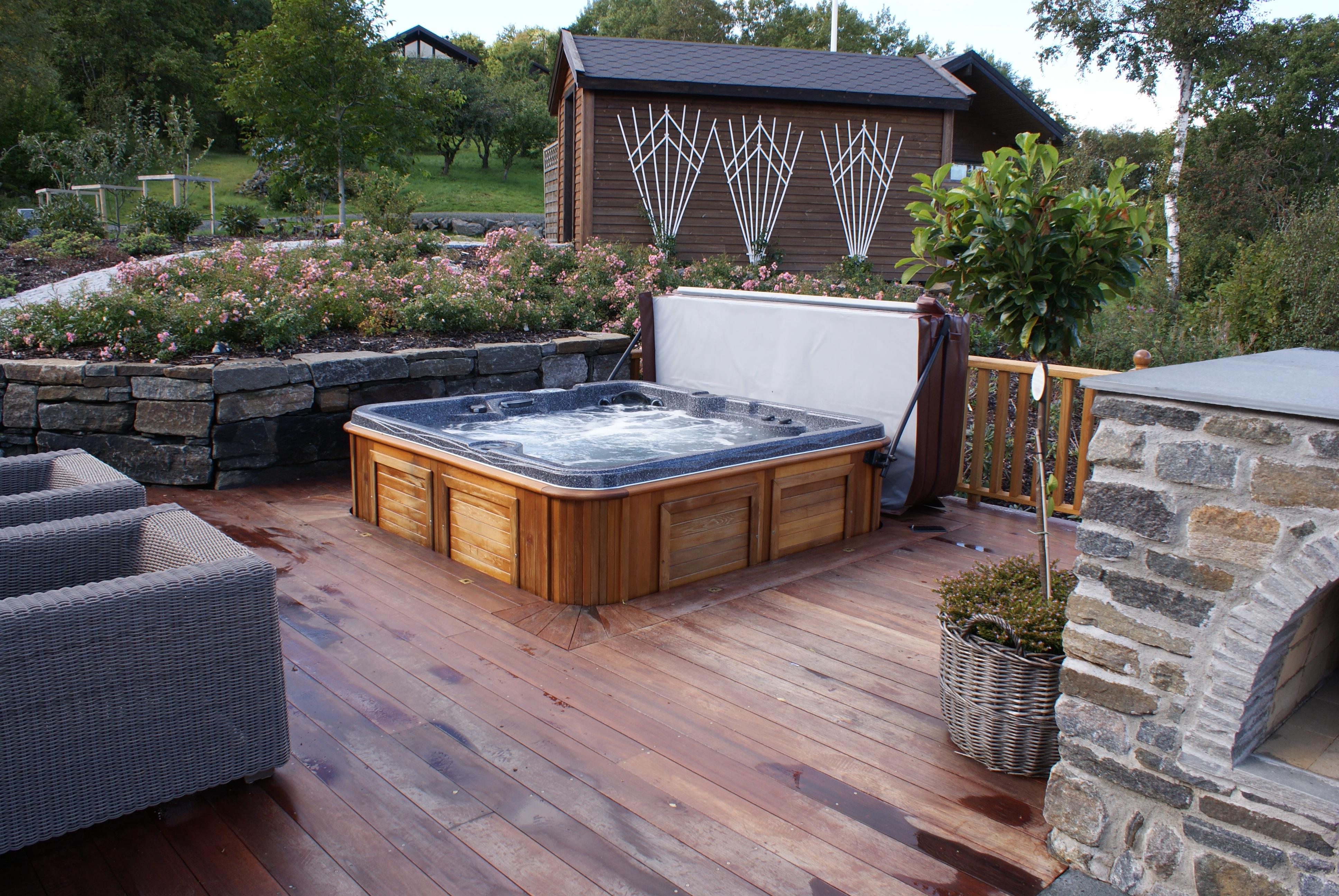 Nice Arctic Spas Hot Tub Sunk In Deck Garden